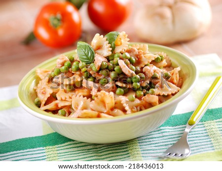 pasta with tomato sauce, peas and bacon with ingredients around