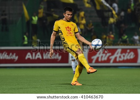 PATHUM THANI,THAILAND-MAR 6:Sakda Fai-in of Osotspa M-150 in action during Thai Premier League 2016 between Bangkok Glass FC.and Osotspa M-150 at Leo Stadium on March 6,2016 in PathumThani,Thailand - stock photo