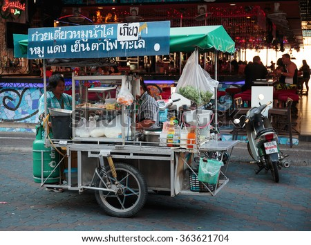 PATTAYA, THAILAND - APRIL 4, 2015: Seller fast food on a cart