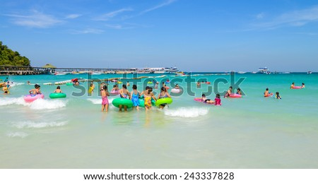 PATTAYA, THAILAND - DECEMBER 29 , 2014: tourists playing at Beach, in Koh Larn ( Larn Island ) on December 29, 2014 in Pattaya, Thailand.