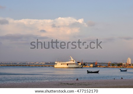 PATTAYA,THAILAND - FEBRUARY 28,2013:the Evening and the beach with walking ships