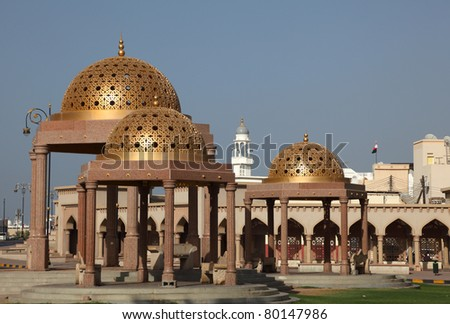 Pavilions mit golden cupola in Muttrah, Sultanate of Oman