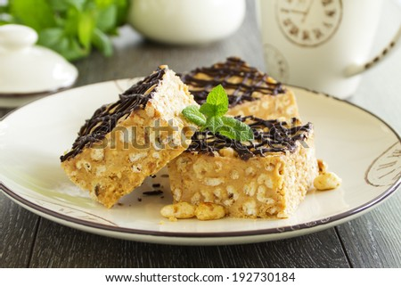 Peanut squares with air rice.