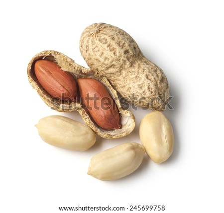 Peanuts isolated  on white ground with clipping path