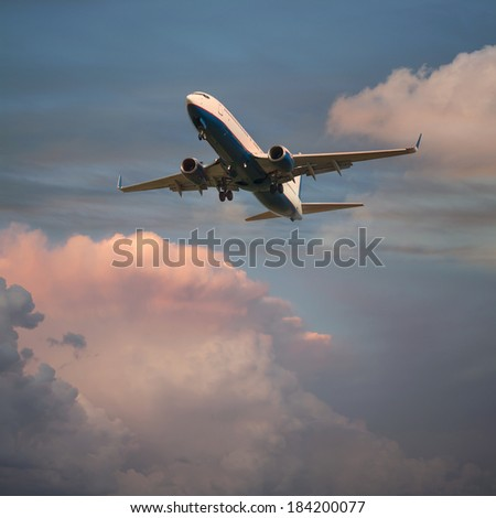Photo airplane flying at sunset
