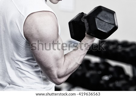 Photo Bodybuilder working out in the gym weights