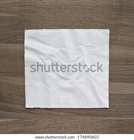 Photo crumpled sheet of paper on textured wood background