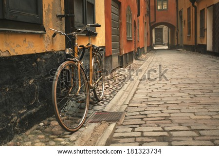 Photo retro bicycle in the old town of Stockholm. Effect retro film
