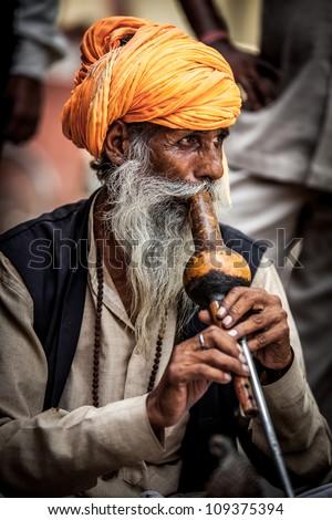 Photo street snake charmer. India. - stock photo