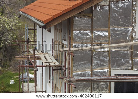 Photo tiled roof and facade of a house under construction with insulation