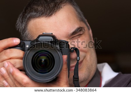 Photographer narrowed, photographed with a large camera lens