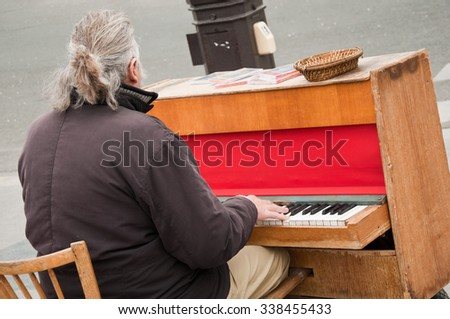 pianist in the street of Paris