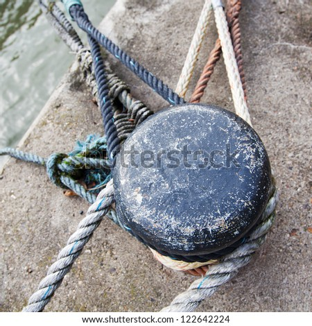 picture of a bollard with fixed ropes