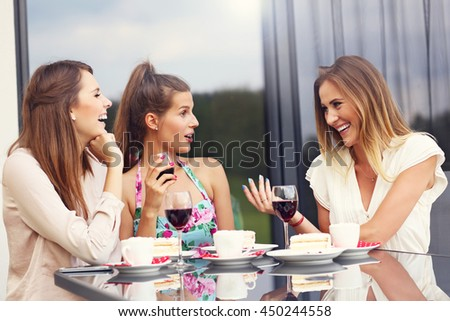 Picture presenting group of friends chatting in cafe