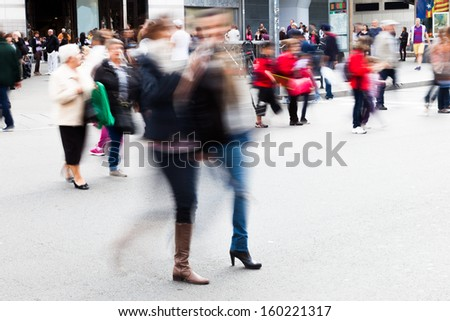 picture with motion blur of a crowd of people crossing the street