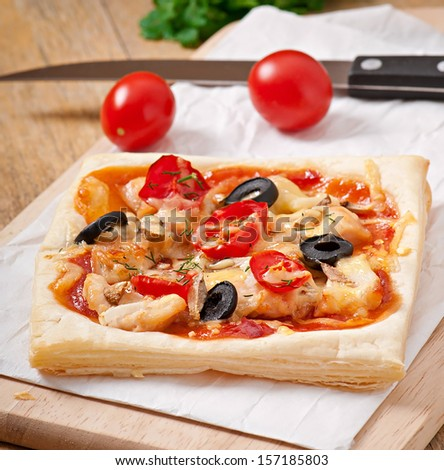 pizza with chicken, tomatoes and mushrooms