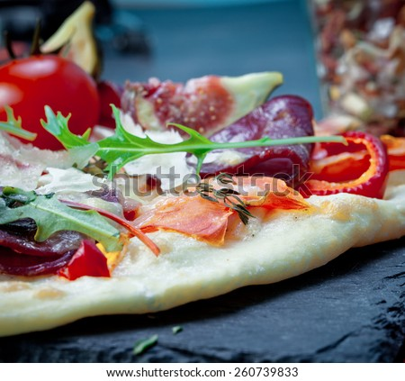 Pizza with prosciutto and figs