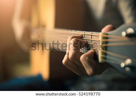 Play the guitar by hand / Artist / musician