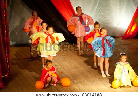 PODPOROZHYE, RUSSIA - MAY 20: Unknown children from dance group Podarok performing in festival of dance, May 20, 2012 in Podporozhye, Russia.