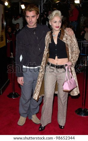 Pop star GWEN STEFANI, of No Doubt, & boyfriend GAVIN ROSSDALE, lead singer with Bush, at the Los Angeles premiere of The Mexican. 23FEB2001.    Paul Smith/Featureflash