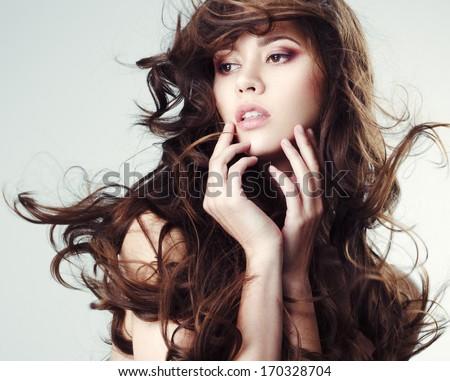 Chân dung của một cô gái tóc nâu xinh đẹp với mái tóc rung