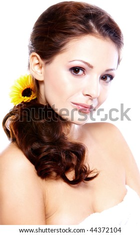 Portrait of a beautiful brunette women with a sunflower
