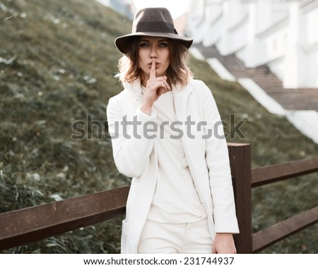 Portrait of a beautiful girl in a fashionable hat and coat in