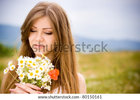 portrait of a beautiful girl with daisies