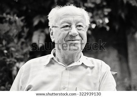 Portrait of a cute old man at park ü black and white