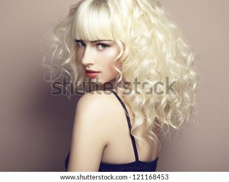 Chân dung của cô gái xinh đẹp trẻ tuổi tóc vàng.  thời trang ảnh