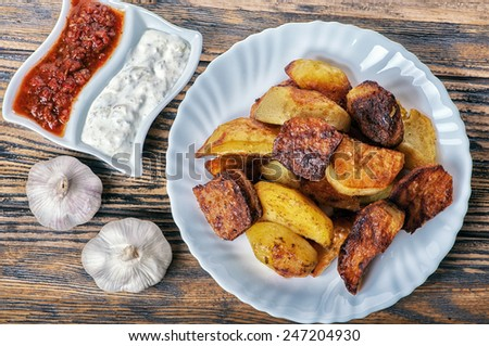 Potato wedges with sauce and garlic