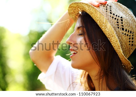 Potrait young and beautiful woman in straw hat