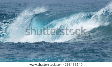 powerful ocean waves breaking natural background