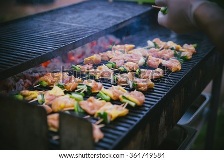 Preparation skewers on the grill.