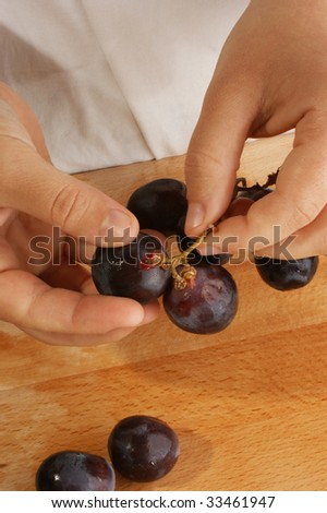 prepare grapes for fruit-salad