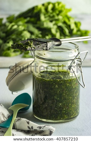 Preparing wild garlic, a wild garlic-pesto
