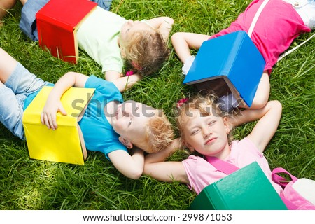 Preschoolers with books outside