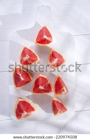 Presentation on cutting red grapefruit segments