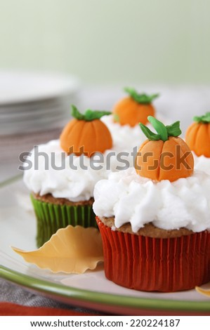 Pumpkin spice cupcakes with vanilla frosting