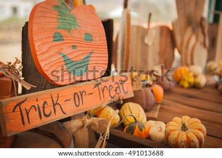 "pumpkins and the ""trick or treat"" sign"
