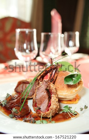 Rack of lamb with caramelized onions and homemade bun