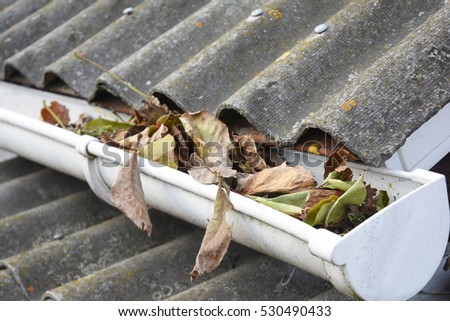 how to clean leaves from gutters