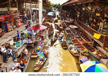 RATCHABURI, THAILAND - JAN 21, 2016 : Floating markets on Jan 21, 2016 in Damnoen Saduak,Ratchaburi Province, Thailand. Until recently, the main form of trade, now mostly a tourist attraction. - stock photo
