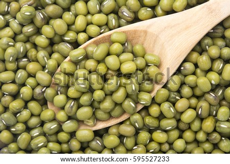 Raw mung bean in the wooden spoon