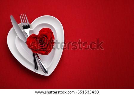 Hồng đỏ trên dish.Meal trắng vào ngày Valentine