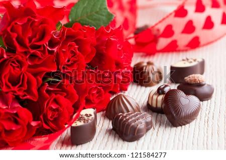 hoa hồng đỏ và bánh kẹo sô cô la cho Ngày Valentine