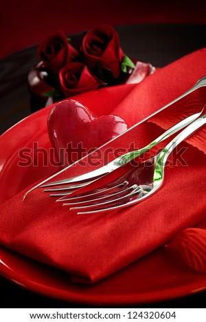 hàng loạt nhà hàng.  ngày ăn tối Valentine với thiết lập bảng trong trang trí mùa lễ trái tim màu đỏ và thanh lịch