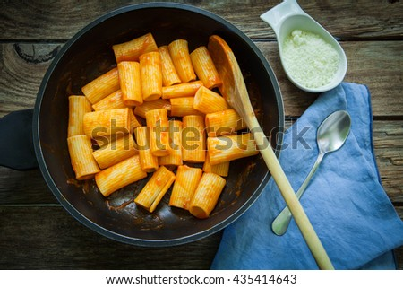 rigatoni with tomato sauce and gorgonzola cheese