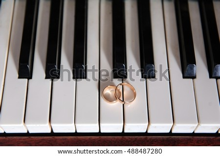 rings on the piano keyboard