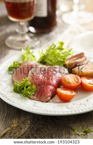 Roast beef with green salad and vegetables